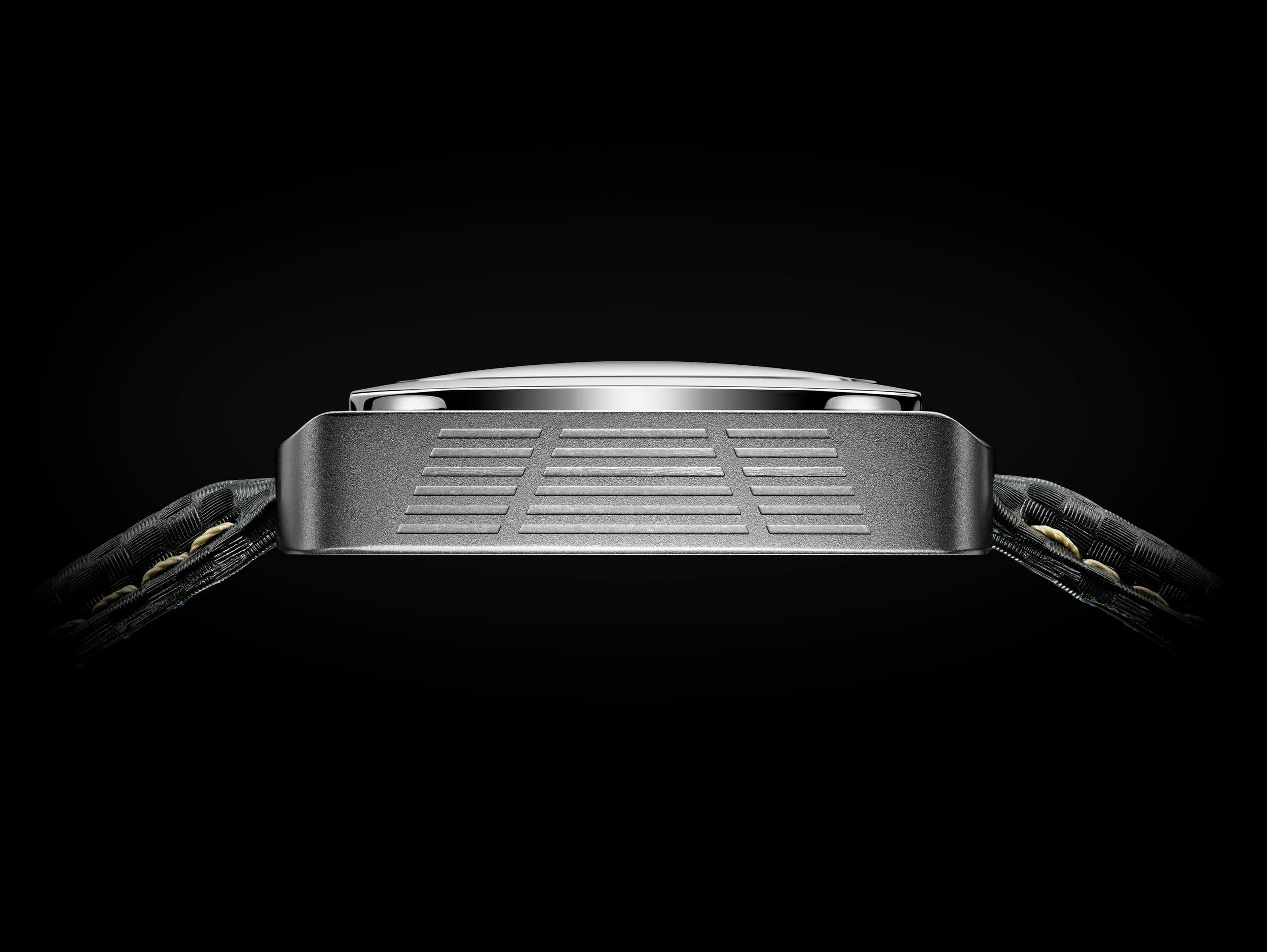 Vue de côté de la montre Putter P01 acier inoxydable, avec reprise de la forme du putter